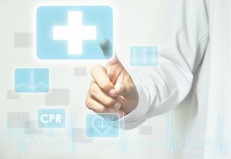 urgencias medicas: Mano que toca signo de primeros auxilios