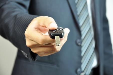 rental: Hombre de negocios entrega una llave de coche