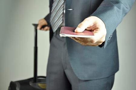 op maat: Reizende zakenman inleveren paspoort Stockfoto