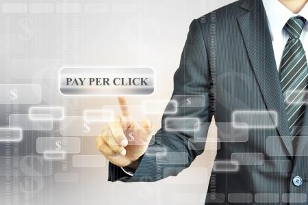 klik: Zakenman het aanraken van Pay Per Click of PPC tab Stockfoto