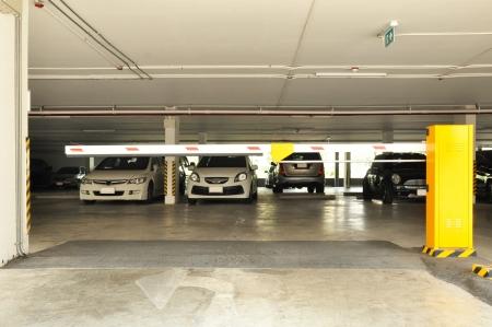 Ingang van het parkeerterrein met slagboom Redactioneel