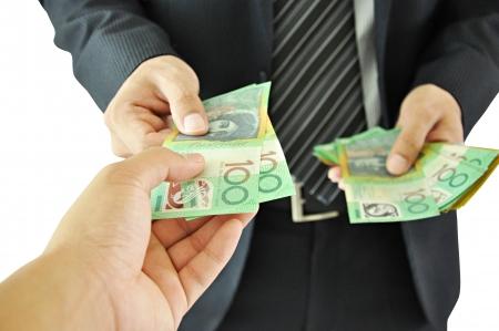 dare soldi: Uomo d'affari che d� soldi - Dollar Bills australiano Archivio Fotografico