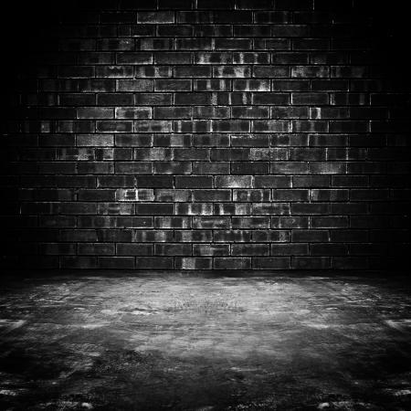 black block: Antigua habitaci�n oscura con pared de ladrillo y piso de concreto - como fondo Foto de archivo