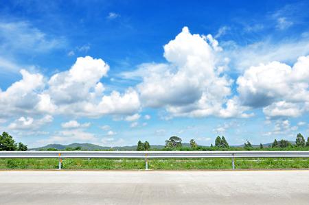 青空の背景と緑の自然の美しい道のビュー