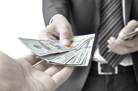 Main donner de l'argent - dollars américains (ou USD)
