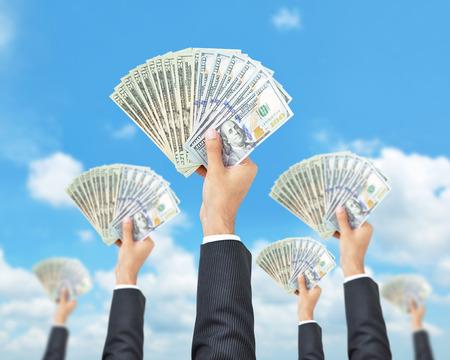 Mains retenant l'argent - Etats-Unis Dollar (USD) billets - argent sensibilisation, le financement et la consommation notion