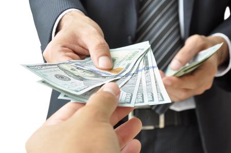 payout: Mano que da el dinero - D�lar Estadounidense (o d�lares estadounidenses) Foto de archivo