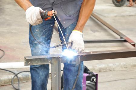 rejas de hierro: La soldadura por arco (o soldadura con electrodo revestido) Foto de archivo