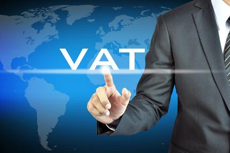 impuestos: Mano de empresario tocar el IVA ni la señal de Impuesto al Valor Agregado en la pantalla virtual - concepto de los impuestos comerciales Foto de archivo