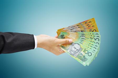 cash money: Mano que sostiene el dinero - en d�lares (AUD) facturas de Australia Foto de archivo