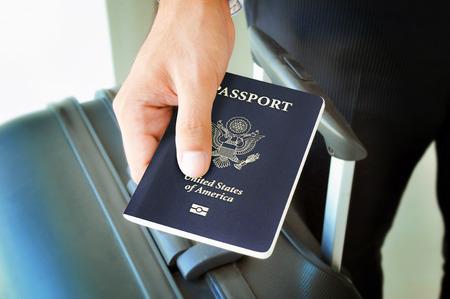 passport: Mano que sostiene el pasaporte de EE.UU.