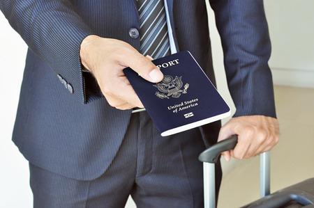 ビジネスマンを与える米国のパスポート