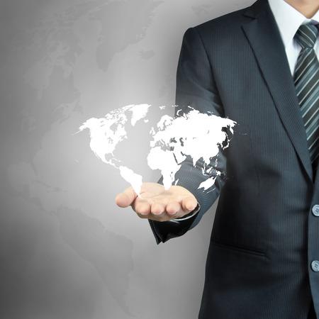 dominacion: Mano de empresario llevar mapa del mundo - los servicios en todo el mundo, gobernar el mundo, conceptos de la dominación mundial, etc. Foto de archivo
