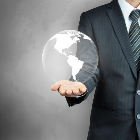 mapas conceptuales: Mano de empresario que lleva el mundo - el �xito en los negocios, el concepto de la dominaci�n del mundo, etc. Foto de archivo