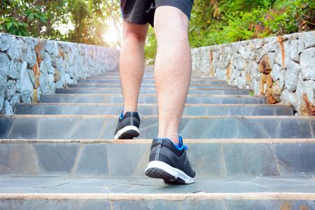 階段の上は走っている人