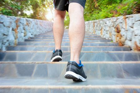 subir escaleras: Hombre corriente en las escaleras