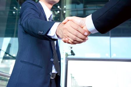 ビジネスマンの成功、お祝い、グリーティング & ビジネス パートナーの概念の握手