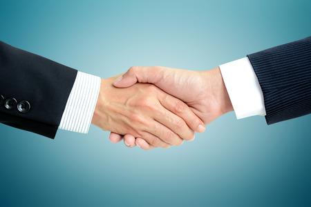 Apretón de manos de hombres de negocios - éxito, que tratan, saludo y conceptos asociados de negocios