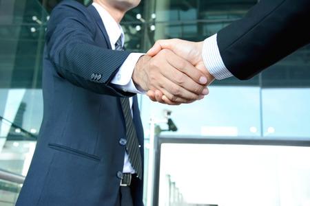 hand shake: Apretón de manos de hombres de negocios - éxito, que tratan, saludo y conceptos asociados de negocios