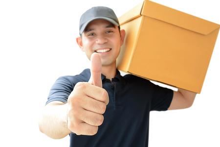 deliveryman: Deliveryman portando una scatola pacchi rinunciare pollici