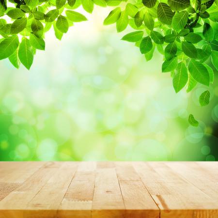 Houten tafelblad met bokeh groene natuur achtergrond