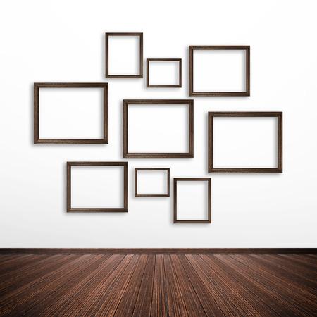 marcos decorados: Marcos de madera en la pared blanca en el interior de la habitación