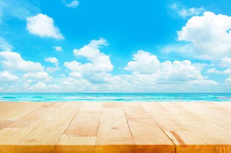 sommer: Strand und Sommer-Konzepte - Holztischplatte auf blauem Meer und Himmel Hintergrund können Ihre Produkte zur Anzeige gebracht oder montage