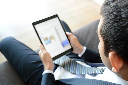 usando computadora: El hombre de negocios con tablet PC Foto de archivo