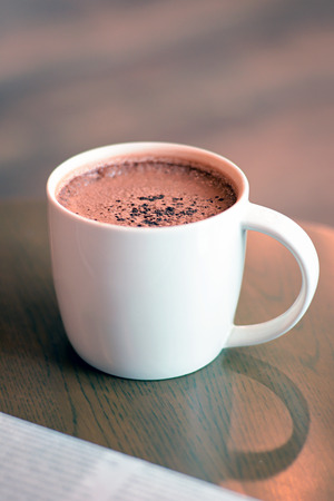 chocolate caliente: Taza de chocolate caliente en la mesa