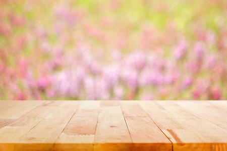 campo de flores: Vector de madera sobre fondo borroso jard�n de flores