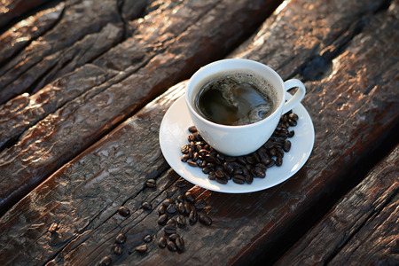 filiżanka kawy: Czarna kawa w filiżance na starym stole drewna Zdjęcie Seryjne