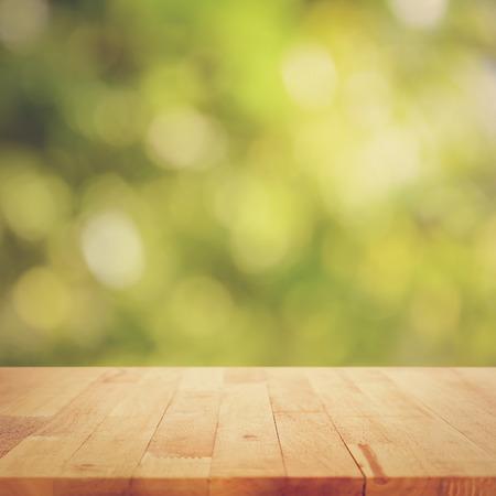 productos naturales: Vintage mesa de madera de estilo sobre fondo verde bokeh - puede montage o mostrar sus productos en la parte superior
