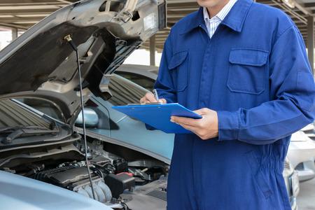 mecanico: Mec�nico auto (o t�cnico) que controla el motor del coche en el garaje