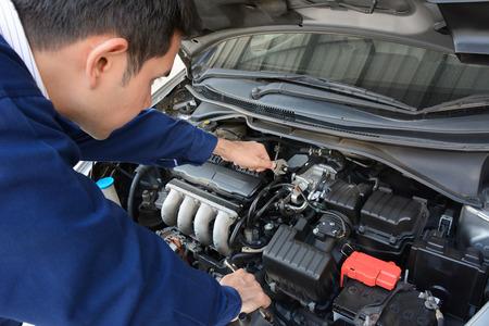 mecanico automotriz: Mec�nico auto (o t�cnico) que fijan el motor de coche Foto de archivo