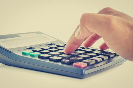 teclado num�rico: Dedos presionando en el teclado calculadora - (retro) efecto de color de la vendimia Foto de archivo