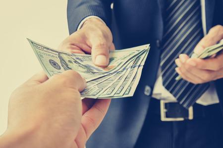 gain money: Recevoir de l'argent à la main, en dollars américains, de l'homme d'affaires - vintage (rétro) effet de couleur de style