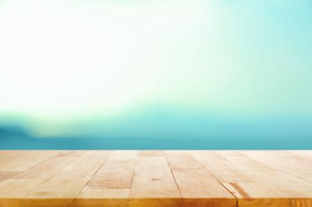 leuchtend: Holztischplatte auf weißem blauem Hintergrund Steigung - für Montage und verwendet Ihre Anzeige porducts oben werden