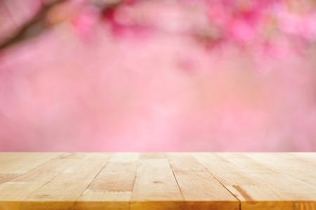 contadores: Vector de madera en el fondo borroso de la flor rosada del flor de cerezo - se puede utilizar para la visualizaci�n de montaje o sus productos