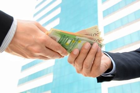 show bill: Empresario manos pasan dinero Euro Divisa