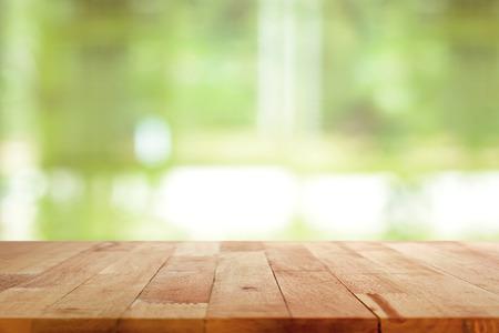 drewno: Drewno blat na zielonym tle niewyraźne - może być stosowany do montażu lub wyświetlić swoje produkty Zdjęcie Seryjne