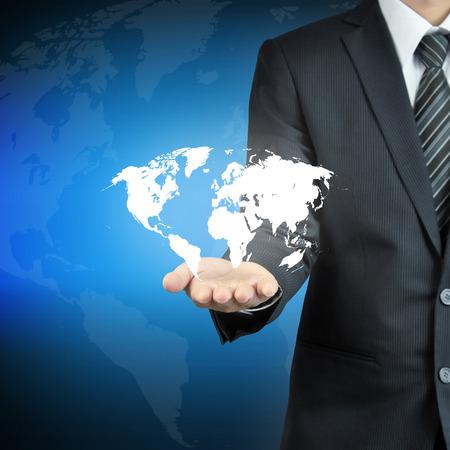 domination: Mano de empresario llevar el mapa del mundo - los servicios en todo el mundo, gobernar el mundo, los conceptos de dominaci�n mundial, etc.