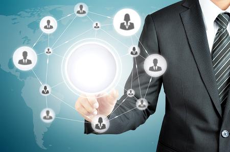 recursos humanos: Mano que señala a la red icono de empresarios en la pantalla virtual con el círculo vacío en el medio -¿Puede poner ur textos o imágenes en el interior