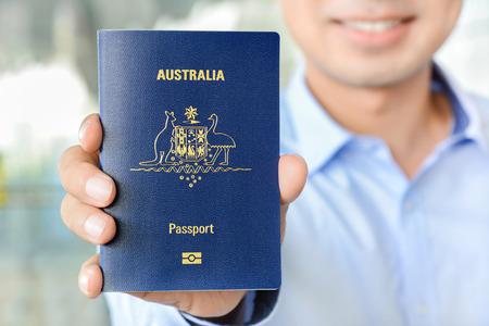 passeport: Un homme montrant passeport (de l'Australie)