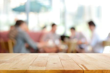 배경으로 카페에서 흐리게 사람들과 나무 테이블 탑 - 몽타주에 사용하거나 제품을 표시 할 수 있습니다