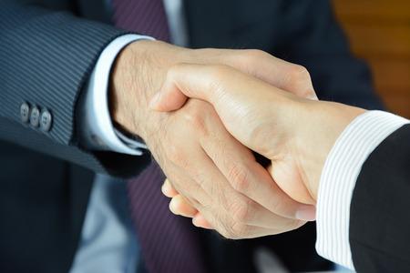 ビジネスマン - グリーティング カード、取引、合併と買収の概念の握手