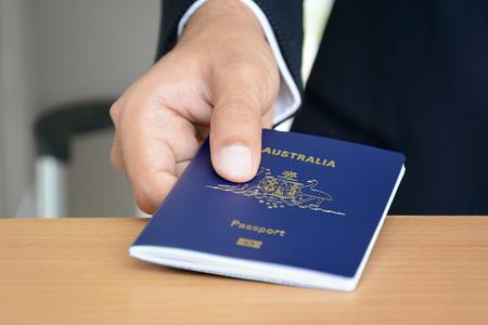 passeport: Mains donnant passeport (de l'Australie)