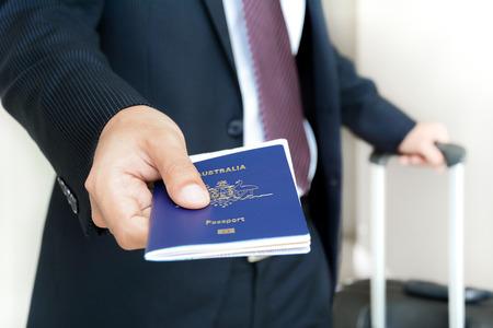 ソフト フォーカスの中 - 搭乗券とパスポートを与える実業家