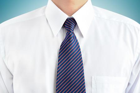 camiseta: Un hombre vestido con camisa blanca y corbata a rayas - enfoque suave