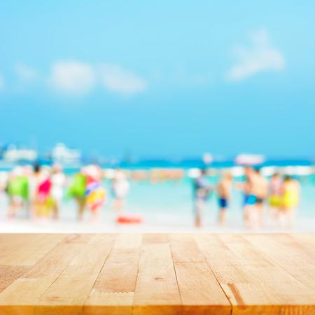 productos naturales: Vector de madera con la gente borrosa en la playa como fondo - se puede utilizar para la exhibición o montaje de sus productos Foto de archivo