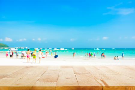 playas tropicales: Vector de madera en el fondo de la playa borrosa con la gente en ropa de colores - se puede utilizar para la visualizaci�n o el montaje de sus productos